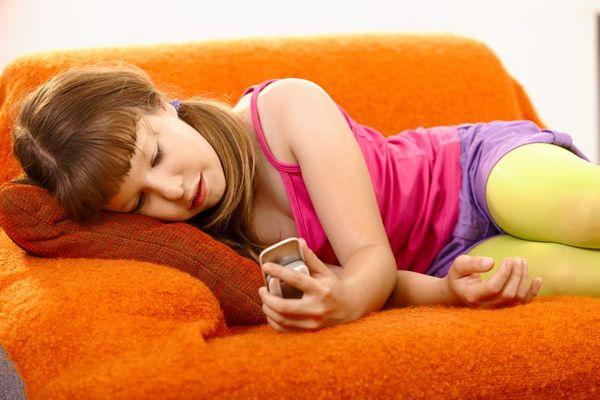 女孩过早接触社交媒体,未来可能更不幸福