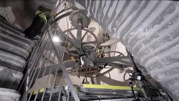 萬年鐘的安裝工作已經開始