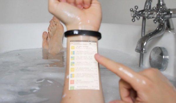 这个智能手环可以把你的手臂变成手机屏
