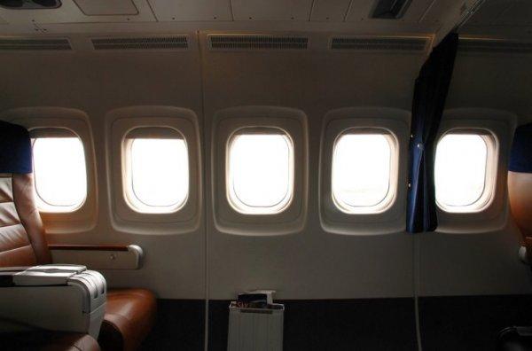 飞机窗户上为什么会有个小孔?